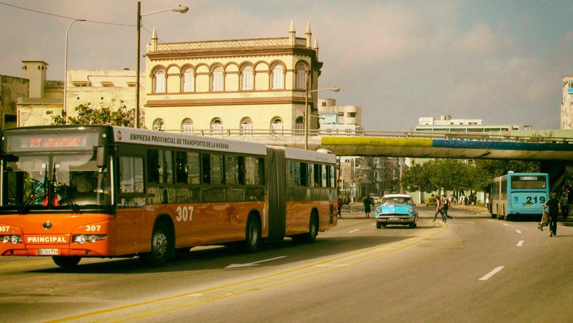 Omnibus Metropolitano en su recorrido por La Habana