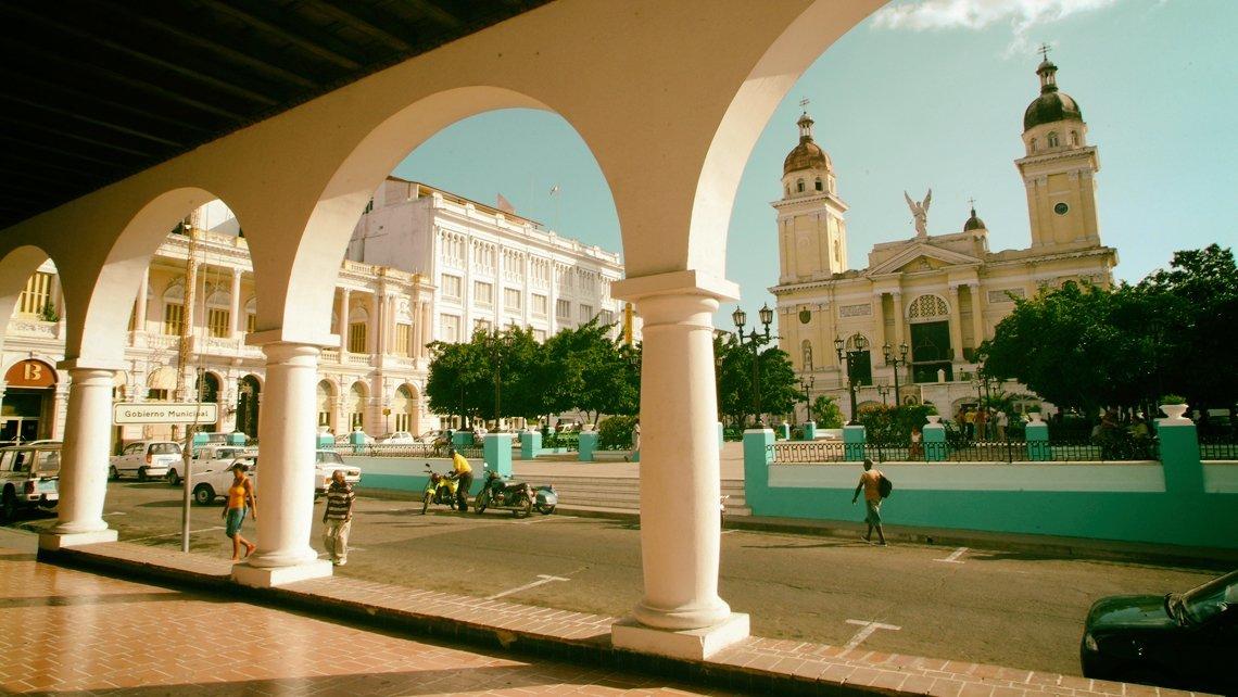 Vista del Parque Cespedes desde el portal del ayuntamiento de la ciudad, al fondo la Catedral de Santiago de Cuba