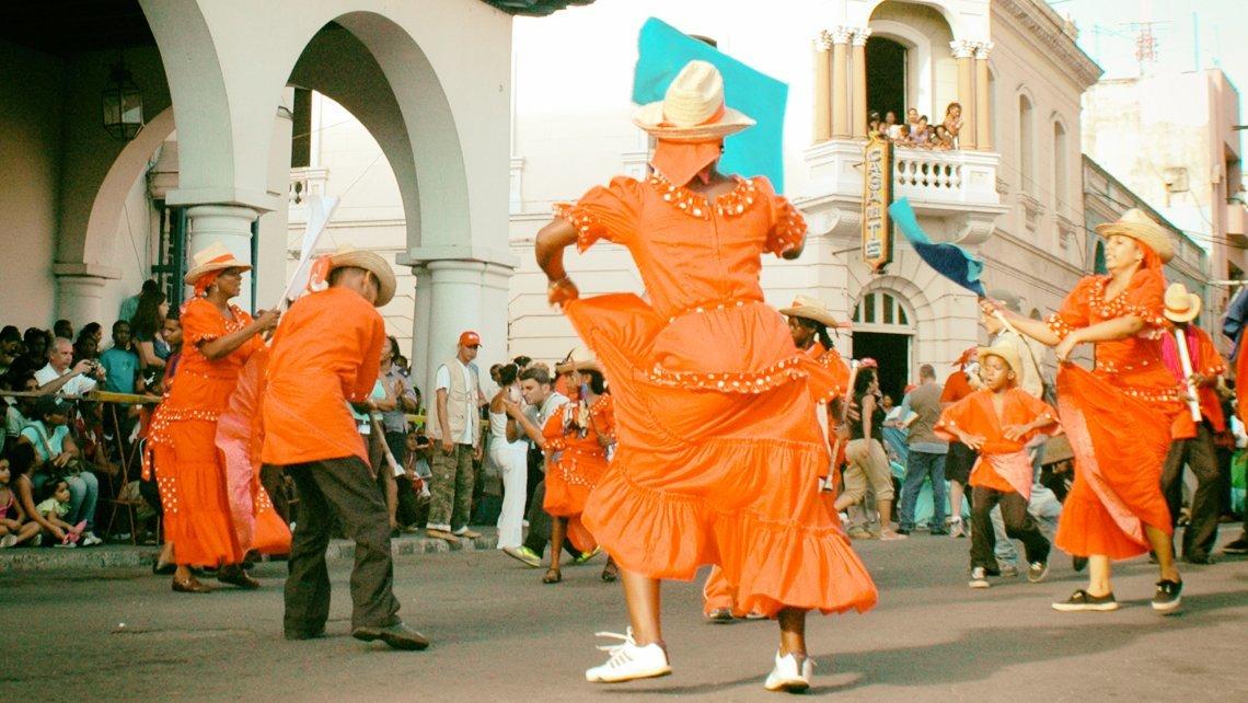 Bailarines folcloricos bailan en las calles de Santiago de Cuba durante la Fiesta del Fuego - Festival del Caribe