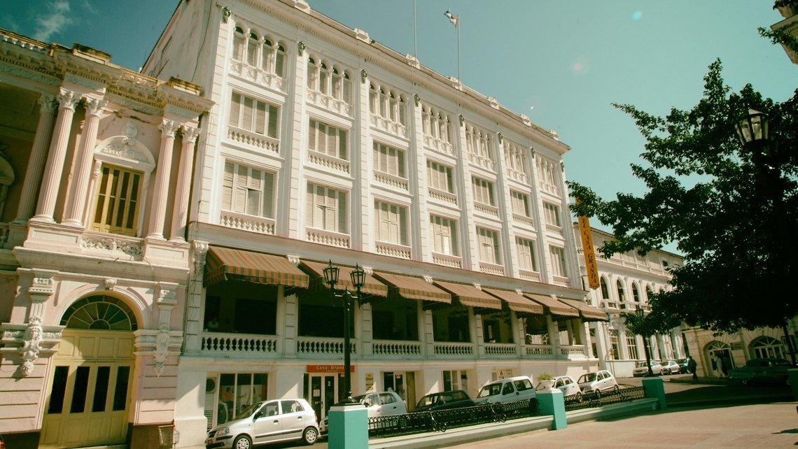 Fachada del Hotel Casagranda de Santiago de Cuba visto desde el Parque Cespedes