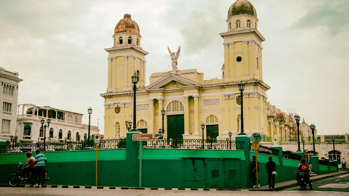 Catedral Metropolitana de Santiago de Cuba vista desde el Parque Cespedes