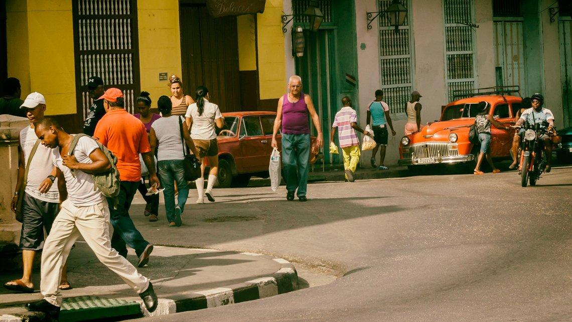 Santiagueros circulan por las calles en las cercanias de Casa de Santo Tomás 352