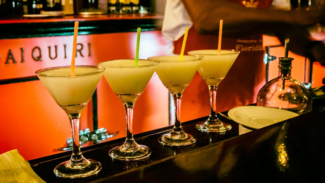 Daiquiris en la barra del Bar Floridita