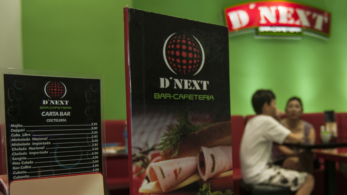 Cartel y menu con el logo del bar cafeteria D'Next