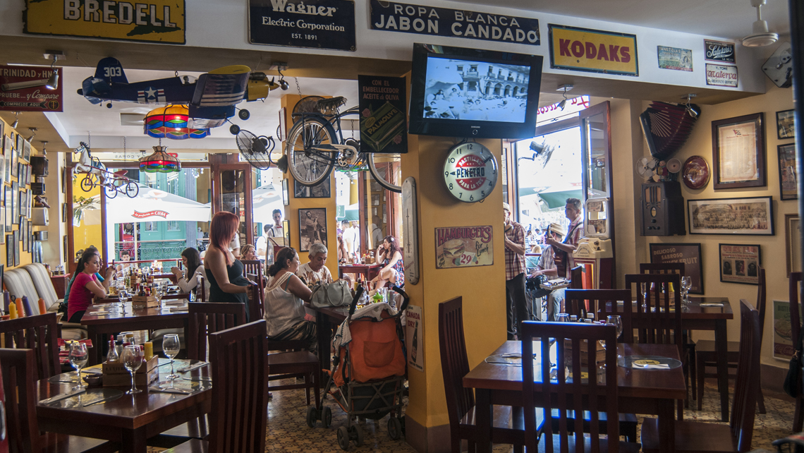 Interior del bar La Vitrola