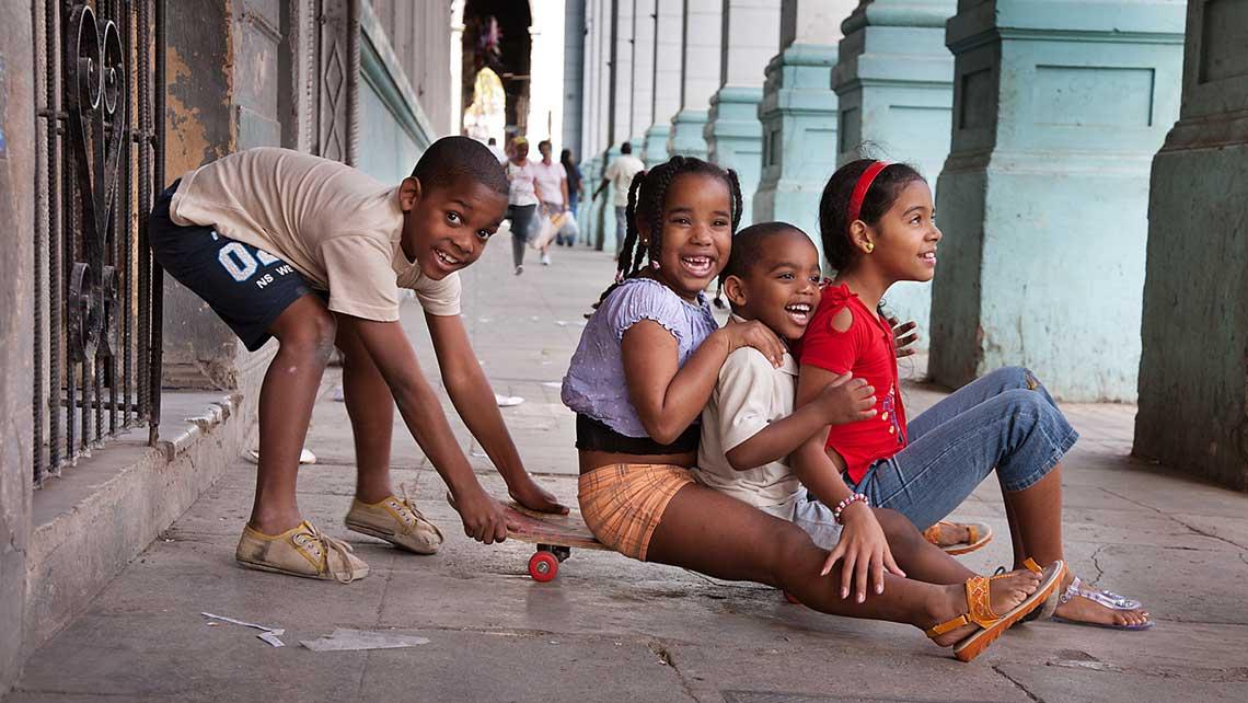 Niños cubanos jugando