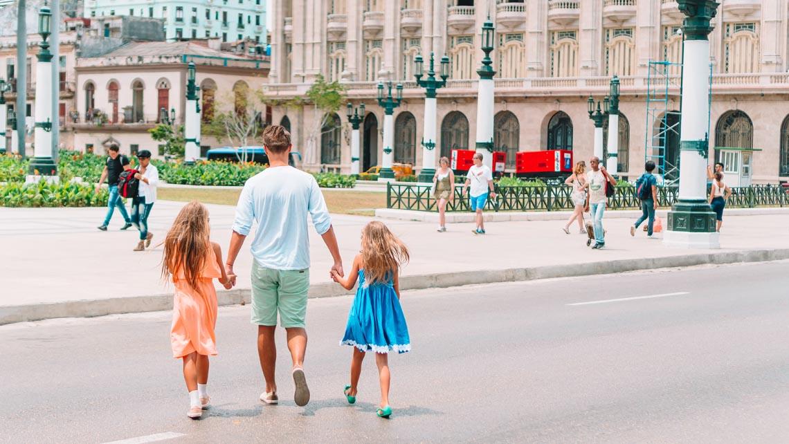 Paseo con niños cerca del Capitolio de La Habana