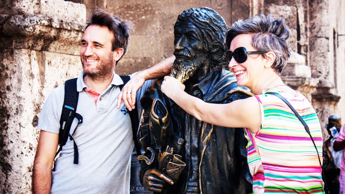 Caballero de Paris frente a la entrada del Museo de Arte Sacro en La Habana